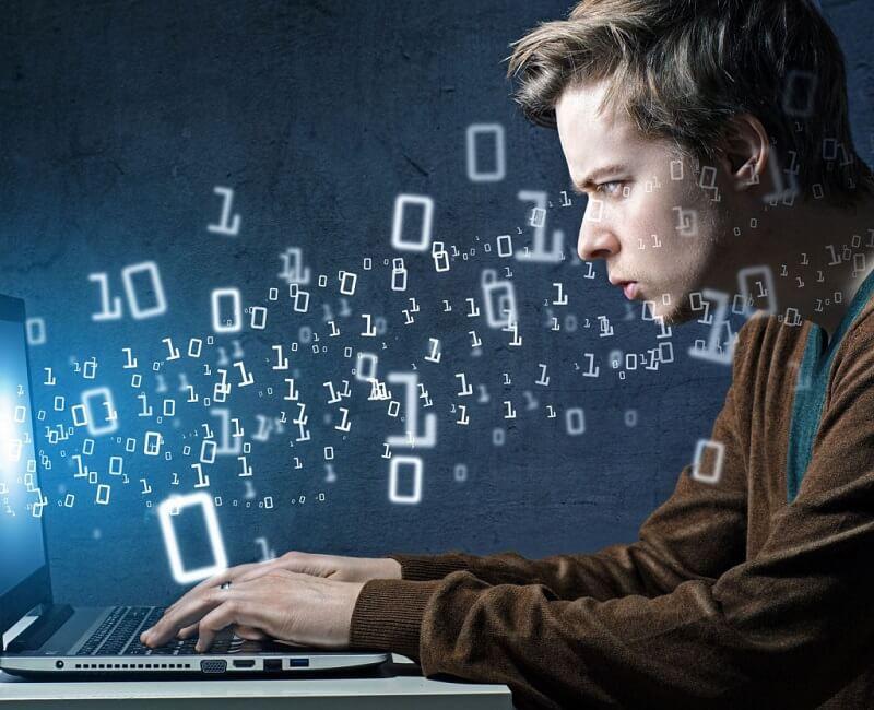 """Thợ """"coding"""" – Người gõ những dòng lệnh trên máy tính và làm ra các phần mềm hoặc chỉnh sửa, phát triển các ứng dụng phần mềm dựa trên các công cụ lập trình"""